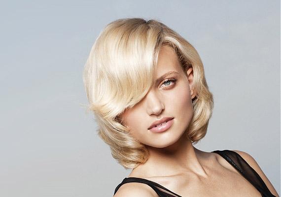 A puha, befelé szárított, félhosszú haj nem túl bevállalós.