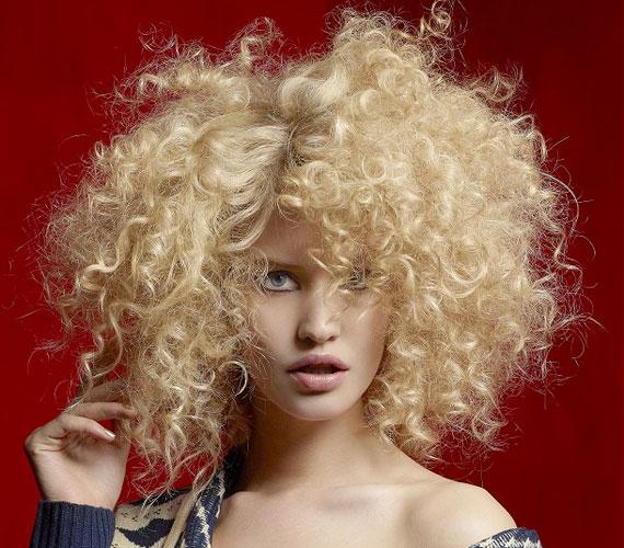 A göndörség azért jó, mert dúsabbnak mutatja a hajat, ugyanakkor túl kerek archoz nem a legjobb választás a szénaboglyaszerű frizura.