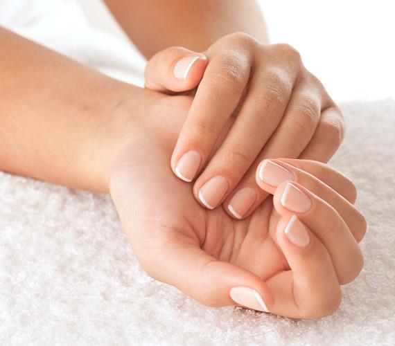 A kezek sok mindent elárulnak tulajdonosukról, így nem árt, ha a randira puha bőrrel és diszkrét lakkal érkezel.
