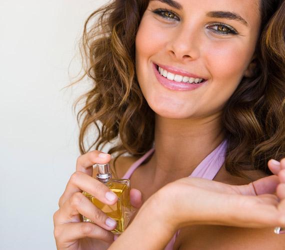 Az egyik legnagyobb baki, amit nő elkövethet, ha a randin úgy illatozik, mint egy parfüméria. Használj keveset a hozzád közel álló illatból, fújj a csuklódra és a hajadra belőle, de ne vidd túlzásba.