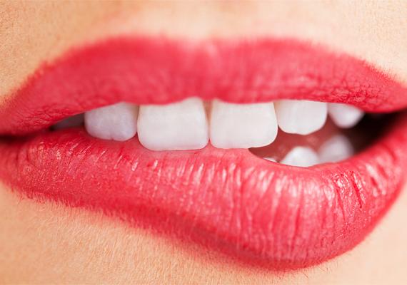 Az ajkadról se feledkezz meg, fogmosás után óvatosan dörzsöld meg a fogkeféddel, hogy javuljon a vérellátása, majd kenj rá egy kis mandulaolajat. Hűvös időben különösen fontos, hogy az ajkaid ne cserepesedjenek ki.