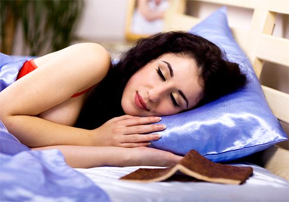 A pamut párnahuzatot érdemes szaténra cserélni, mert ezen alvás közben a hajszálak kevésbé sérülnek, sőt, a bőr is kevésbé gyűrődik meg.