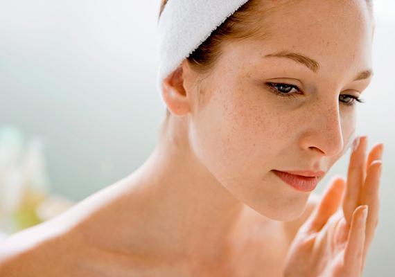 Az alapos tisztítás után nem szabad megfeledkezni az arc hidratálásáról. Válassz a bőrtípusodnak és az életkorodnak megfelelő éjszakai arckrémet, de mielőtt felvinnéd, keverj hozzá egy kevés E-vitamin-szérumot. Ez utóbbi gátolja a szabadgyökök működését, azaz hosszú távon az öregedési folyamatokat is lassítja.