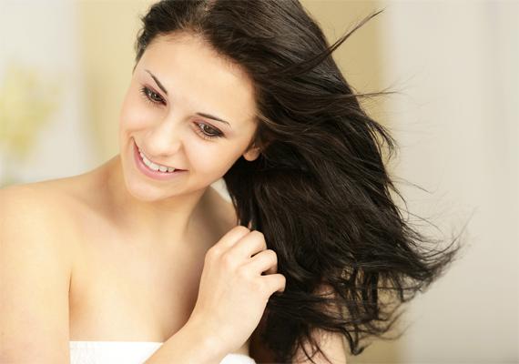 Mielőtt lefeküdnél, fésülködj meg, majd masszírozz a fejbőrödbe egy kevés hajra való olajat. Természetesen ha könnyen zsírosodik a hajad, akkor ezt a lépést hagyd ki, és csak a hajvégre kenj egy kis kondicionálót fésülés után.