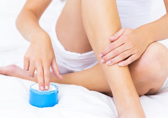 A lábnak és talpnak szüksége van a folyamatos hidratálásra, ezért esténként kötelező ezt a területet átmasszírozni valamilyen zsírosabb krémmel. Ha így teszel, a pedikűrösnél tett látogatások számát is csökkentheted.