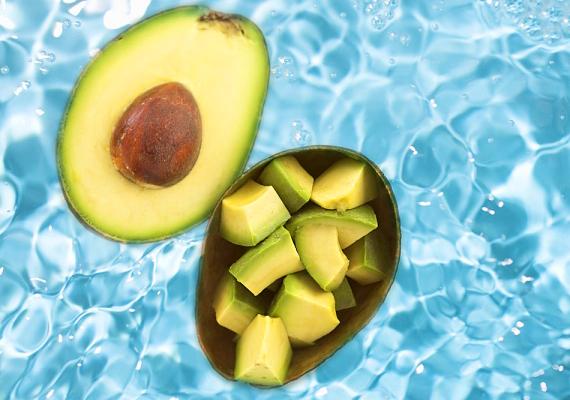 AvokádóKozmetikai termékekben is gyakran használt összetevő, hiszen B-vitaminban, többek között niacinban gazdag. Az utóbbi a bőr puhasága és egészsége megőrzéséért felelős tápanyag, ami csökkenti a bőrpírt és a duzzanatokat. Tedd salátába, turmixba, vagy fogyaszd magában! Arcpakolásnak is szuper.