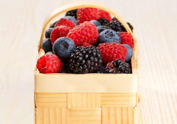 Bogyós gyümölcsökA C-vitaminban gazdag bogyós gyümölcsök, így a szeder, az áfonya, az eper vagy a málna antioxidánsok, és segítenek a kollagénrostok kiépítésében, hozzájárulva a bőr fiatalosságának megőrzéséhez. Fogyassz akár csak pár szemet naponta, és meglesz az eredménye!