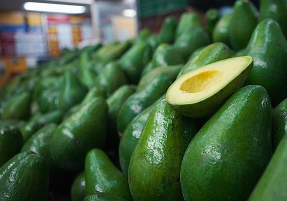 Az avokádó E-vitaminban gazdag, ami ugyan nem színezi a bőrt, de megvédi a nap okozta káros hatásoktól.