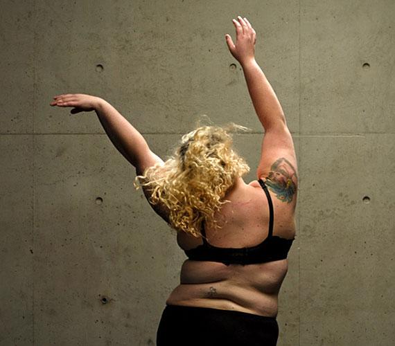 Kelli Jean Drinkwater nem szeretné, ha a túlsúlyos emberek elrejtenék a testüket, erre épül a táncelőadás is, ahol a fellépők nem vékonyak.
