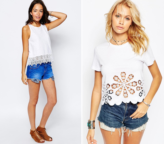 A rövidnadrág és fehér póló együttese cseppet sem kelt unalmas hatást, ha a felsőd alján valamiféle díszítés is található.
