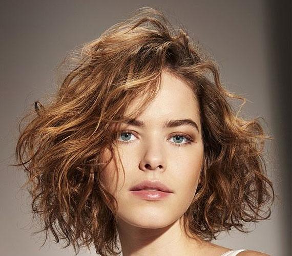 Angolul messynek, vagyis kócosnak hívják ezt a hajat, ami úgy néz ki, mintha semmit nem csináltál volna vele. Dúsító hatása van.