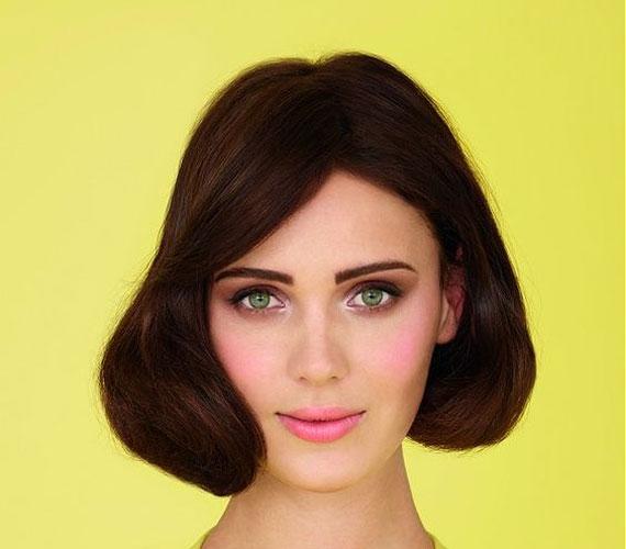 A hatvanas éveket idéző decens frizura, amihez kell egy jó nagy körkefe.