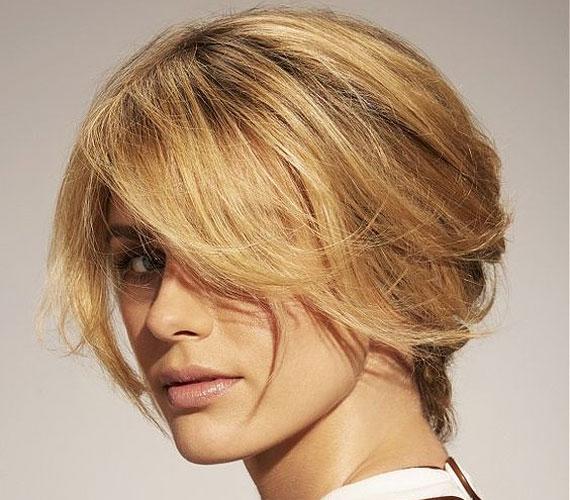 Rövid bubi, amit sokféleképpen lehet fésülni, és egy hajpánt is tökéletes bele.