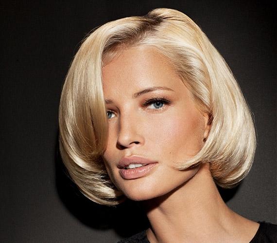 A hajlakkal megerősített, befelé szárított frizura is a régi időket idézi, ezért nem szerencsés viselet.