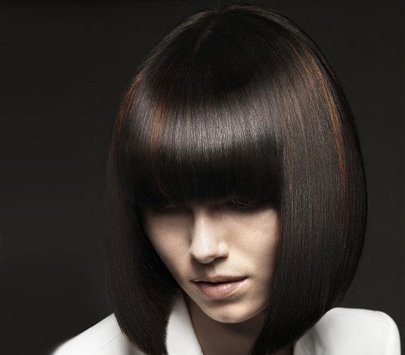 Nem maradhat ki a klasszikus Kleopátra-frizura sem, igaz, ez nem ötperces frizura.