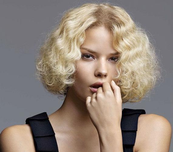 A nagy Gatsby be fog gyűrűzni a divatba, biztos lehetsz benne, hogy a harmincas évek megint trendi lesz. Ez a frizura kevés hajból is kihozható.