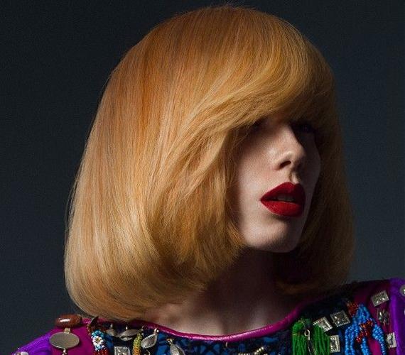 Amennyiben a hajvégeket egyforma hosszúságúra vágatod, a frizurád egységesen telt képet fog mutatni. A hatás felerősítése érdekében hordj frufrut, amit ha egy kissé kifelé szárítasz, izgalmasabban fog mutatni.