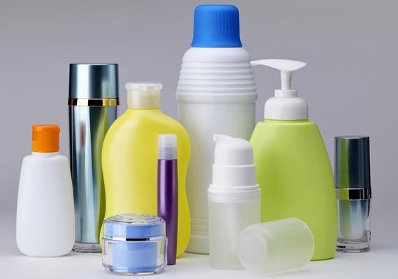 Ha túl sok, illetve nem megfelelő minőségű kozmetikumot használsz, a bőröd extra faggyútermeléssel áll bosszút érte. A pórusok eltömődhetnek és begyulladhatnak, és máris kész a pattanás.