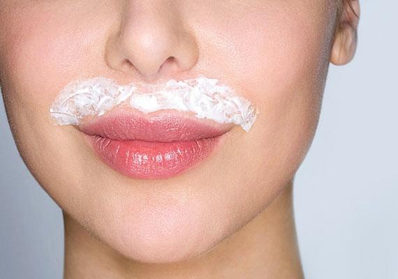 Sajnos nemcsak a férfiak arcán vannak szőrtüszők, a nőkén ugyanúgy megtalálhatók. Ezek pedig begyulladhatnak, akár maguktól is, de ha nem tisztítod az arcod, vagy helytelenül szőrtelenítesz, növeled ennek esélyét.