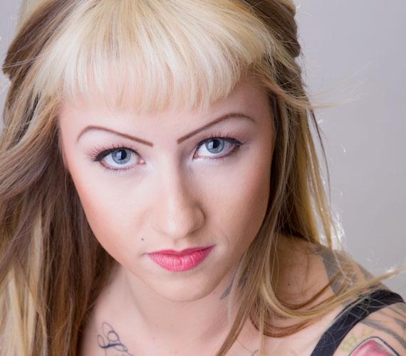 Az igénytelen, csodálkozós tetovált szemöldök az egyik legrosszabb dolog, ami egy nő arcával történhet. A rosszul szedett szemöldök sem nyerő, de azon legalább lehet változtatni.