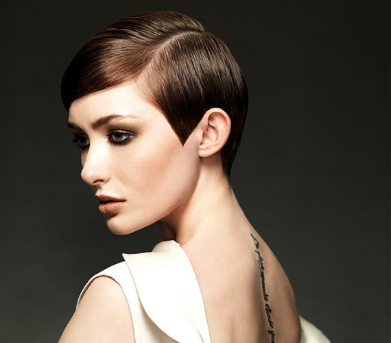 A hatvanas éveket idéző frizura ártatlanságot sugall, és a szemedre irányítja a tekintetet.