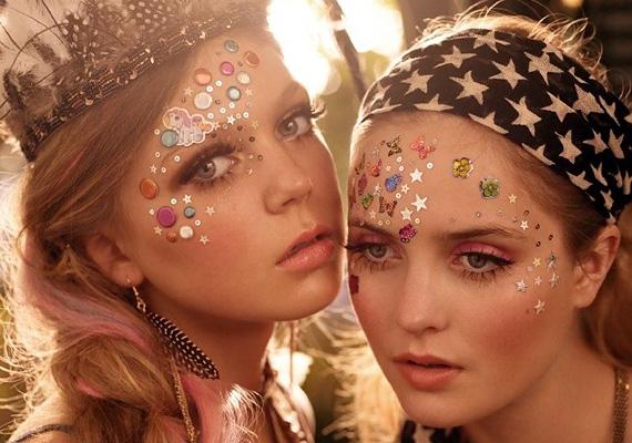 Kis matricák az arcon                         Ha nem érzékeny a bőröd, akkor használhatsz kis, csillogó matricákat is.                         Az orcákon pedig használj bronzszínt a kontúrozáshoz, hogy úgy tűnjön keskenyebbnek az arcod, mintha csak lebarnultál volna.