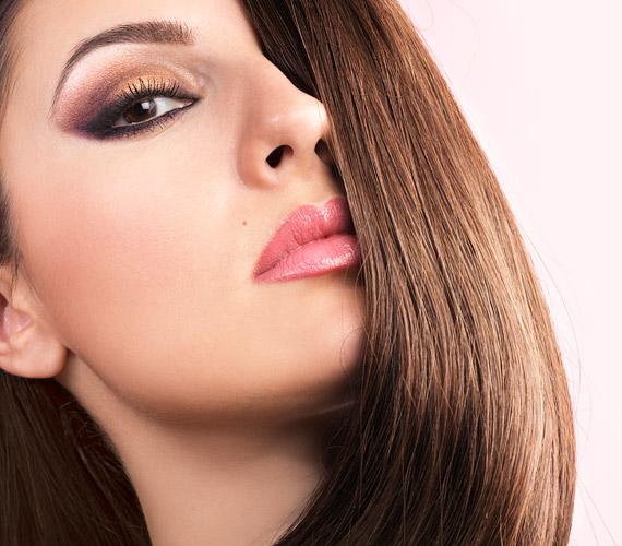Ha sötét a hajad, akkor festess bele világosabb csíkokat, de színük csak kicsit térjen el az eredetitől. A túlságosan elütő melír már nem divat.