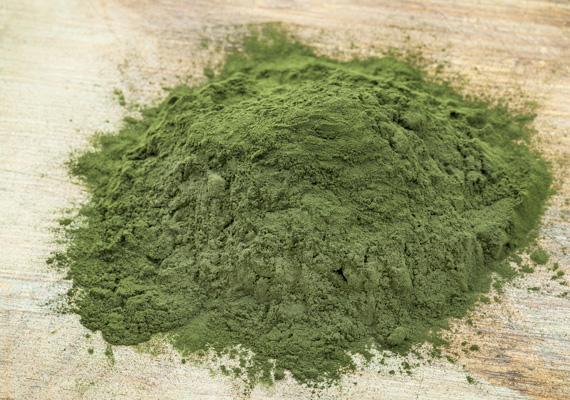 A spirulina alga igazi szupertáplálék, tele van antioxidánsokkal, fontos ásványi anyagokkal, elősegíti a méregtelenítést, erősíti az immunrendszert, klorofilltartalma pedig segíti a sejtlégzést. Étrend-kiegészítőként sok helyen kapható.