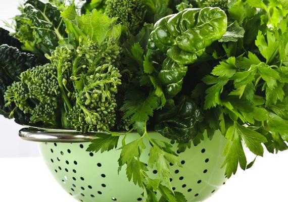 A zöld leveles zöldségeknél kevés egészségesebb dolog van, és turmixba téve nem kell őket egész nap eszegetni. Ezen a linken egy csodás receptet találsz, hogyan hasznosíthatod őket.