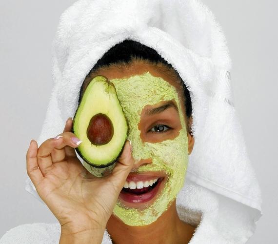 Az egyik legjobb öregedésgátló a szép zöld avokadó, amiomega-3 zsírsavat és rengeteg vitamint tartalmaz. Fél avokadó húsát dolgozd össze egy teáskanál mézzel, néhány csepp citromlével és egy evőkanál natúr joghurttal.