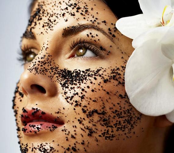Zsíros bőrre készíts kávés pakolást, ami frissít és tonizál. Egy púpos teáskanál őrölt kávét keverj el egy evőkanál tejjel, és vidd fel az arcodra!