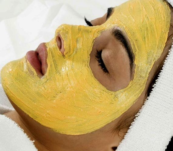 Csodálatosan selymessé varázsolja a bőrt ez a sárga arcmaszk, ha pedig elkapart pattanásaid is vannak, ez számodra a tökéletes pakolás. Egy teáskanál aloe vera-gélbe és egy evőkanál tejbe keverj fél evőkanál reszelt gyömbért és fél mokkáskanál kurkumát. Érdemes lefekvés előtt alkalmazni, mert bőrpírt és átmeneti sárgás elszíneződést okozhat.