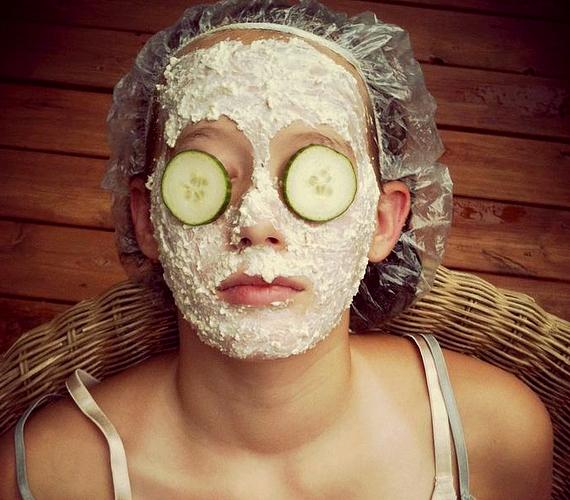 Kisimítja, tisztítja és megfiatalítja a bőrt a zabpelyhes pakolás. Egy evőkanál natúr joghurtba keverj egy mokkáskanál mézet és egy evőkanál finomra őrölt zabpelyhet.