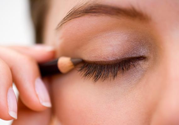 A fekete túlságosan is kontrasztos, ezért jobb barna szemceruzára váltani, ha kontúrozod a szemed. Sokkal természetesebb hatása lesz.