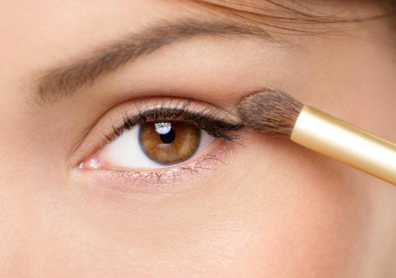 Az idők során a szemhéj megereszkedhet, ezért a sminkesek azt tanácsolják, hogy ezt kompenzálandó a kontúrvonalat a szemek sarkában egy kicsit vastagabbra húzd.