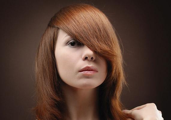 Az erős színű rúzs bizony öregít, ha szeretnél fiatalabbnak tűnni, válassz semleges, világos árnyalatot vagy csupán ajakírt.