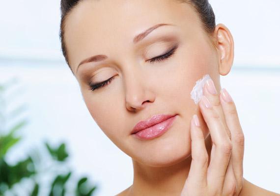 Sminkelés előtt hidratálni kell, száraz bőrön csúnya lesz az eredmény, jobban megül a festék a ráncokban. Ne felejtsd ki az ajkaidat sem.
