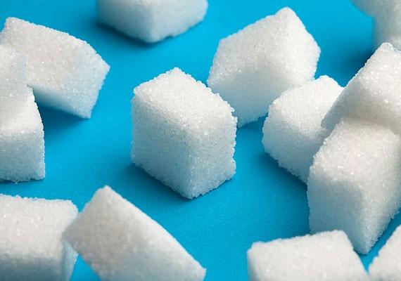 Az sem kerül semmibe, hogy elhagyd a cukrot az étkezésedből. A cukor megkeményíti a kollagénrostokat, a bőr így kevésbé rugalmas lesz. Ha nem sütizel, és nem édesíted meg a kávédat, még spórolsz is. Ha szeretnél kipróbálni egy erre épülő diétát, akkor kattints ide!
