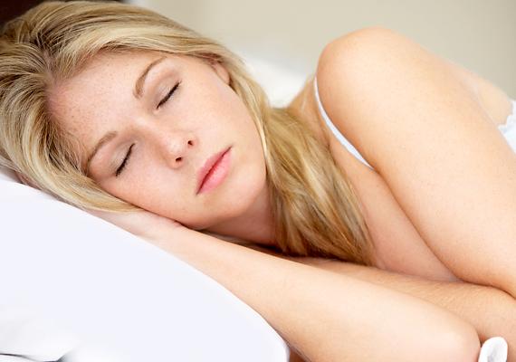 Az alvás a legjobb szépítő. Ha keveset alszol, a szervezetben megnő a kortizol nevű stresszhormon szintje, ami a sejtek gyulladásához vezet, az pedig a bőr rugalmasságáért felelős kollagén és a hialuronsav csökkenését okozza. Erről ezen a linken tudhatsz meg többet. Ezen kívül éjszaka, sötétben termelődik a melatonin nevű hormon, ami a test regenerálódását segíti.
