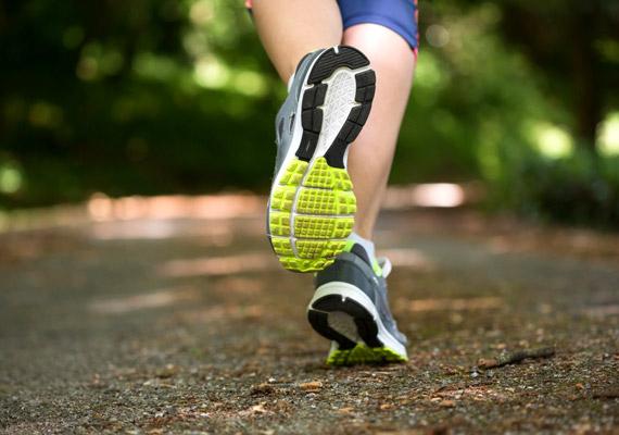 A mozgás serkenti a vérkeringést, ezáltal segíti a tápanyagok felvételét, több oxigén jut el a sejtekhez. Emellett bőr alatti izmok feszesedésével a bőrnek is szebb tartása lesz. A futás pedig nem kerül semmibe.