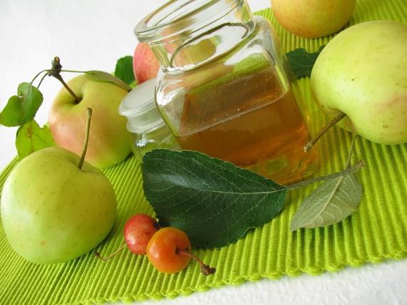 Az almaecet igazi filléres csodaszer, amely remek bőrfeszesítő, sőt, fertőtlenítő, gombaölő hatásának köszönhetően számos területen használható. Olvasd el, hogyan alkalmazhatod korpa, plusz kilók és ráncok ellen!