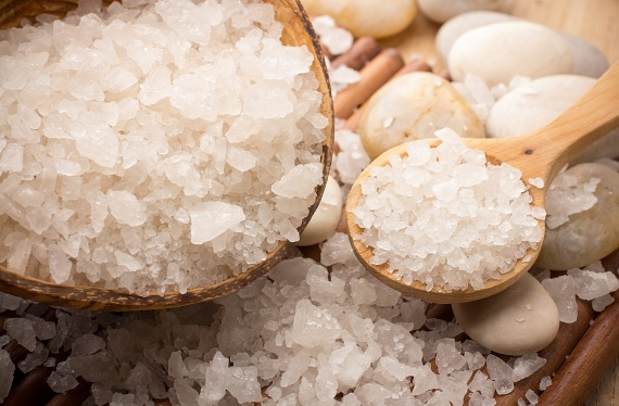 Nemcsak a cukor, de a vízbe kevert tengeri só is segíthet megőrizni bőröd fiatalságát. A só ásványi anyagaival javítja a sejtek oxigénellátottságát, így segít az apróbb ráncok megelőzésében, ám a sós arcmosás után feltétlenül hidratálás szükséges, ugyanis szárítja a bőrt.