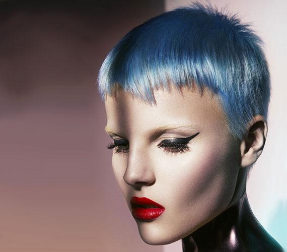 Egy sci-fibe teljesen jó lenne ez a frizura, és elsősorban nem a kék szín miatt. A fazon modern, de nélkülöz minden finomságot és nőiességet.