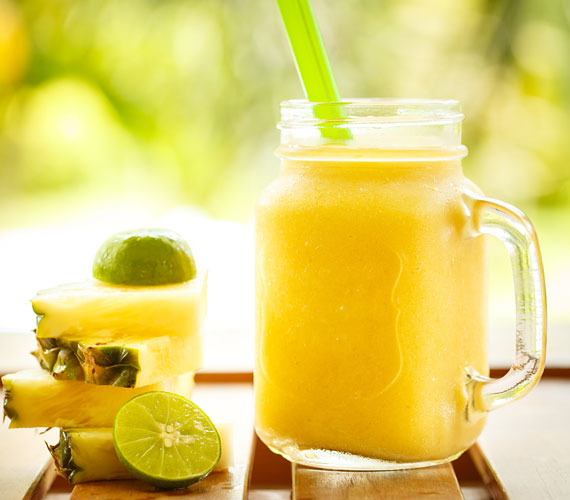Az ananász felpörgeti az emésztést, ez pedig közvetve jót tesz a bőrnek is. Számottevő a C-vitamin-tartalma. Bromelin enzimje segíti a fogyást. Turmixold össze egy kis lime- vagy citromlével, kókusztejjel vagy vízzel.