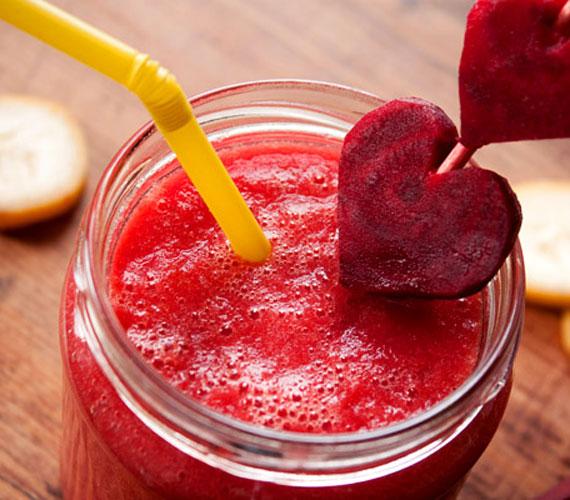 A legolcsóbb verzió az alma-cékla turmix, ami rostdús, a céklának köszönhetően a sejtek hatékonyabban veszik fel az oxigént. Nyersen turmixold össze őket kevés vízzel, tehetsz bele egy kevés mézet, ha szükségesnek tartod.
