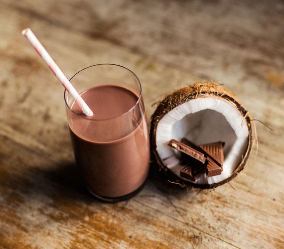 A csokiturmix is lehet egészséges, ha édesítetlen kakaóporból, 70%-osnál magasabb csokiból és mag- vagy kókusztejjel készíted. Ebbe is tehetsz fahéjat. A csokoládéban található polifenolok antioxidánsként működnek, a fahéj pedig gyulladáscsökkentő hatású.