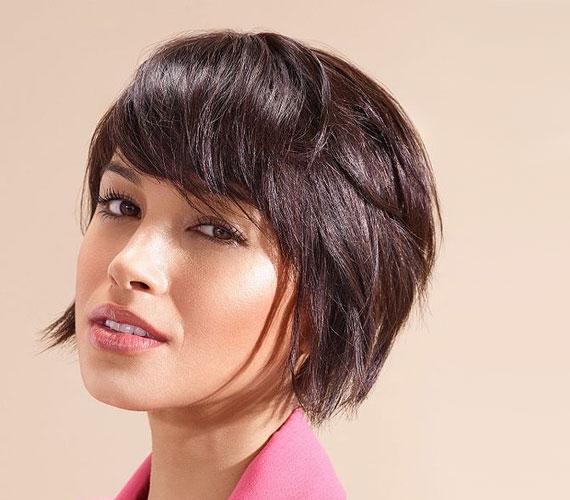 Az első frizura egy kicsit rövidebb, lekerekített változata, ahol szintén jól működik a kócosság dúsító hatása.
