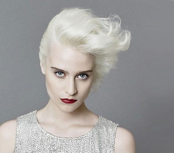 A majdnem fehér haj, ha fehér a bőröd, egybeolvad az arcoddal. Erős lakkozással pedig úgy formázhatod a hajad, hogy sokáig tartson, ha eláll a fejbőrtől, máris dúsnak hat. Ez a frizura azonban elég sok macerával jár, érdemes alkalmakra bevetni.