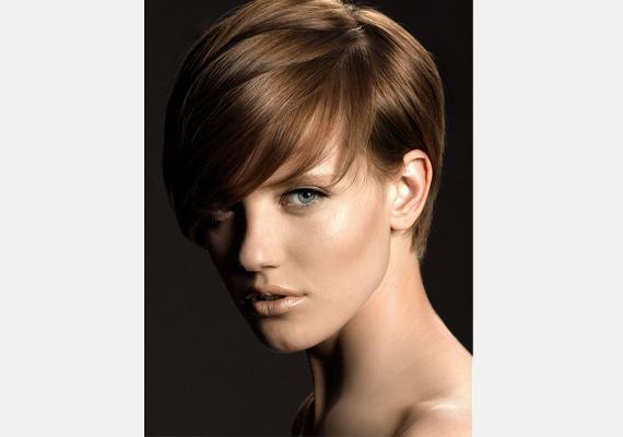 Bájos, rövid, oldalt elválasztott frizura, ha kicsit mégis visszafogottabb vagy.