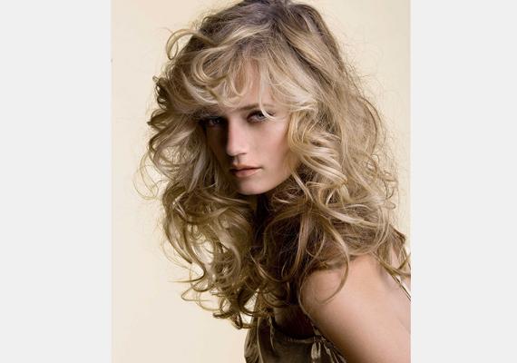 A zabolátlan göndör vagy hullámos tincsek idén ősszel a legdivatosabb hajviseletet jelentik.